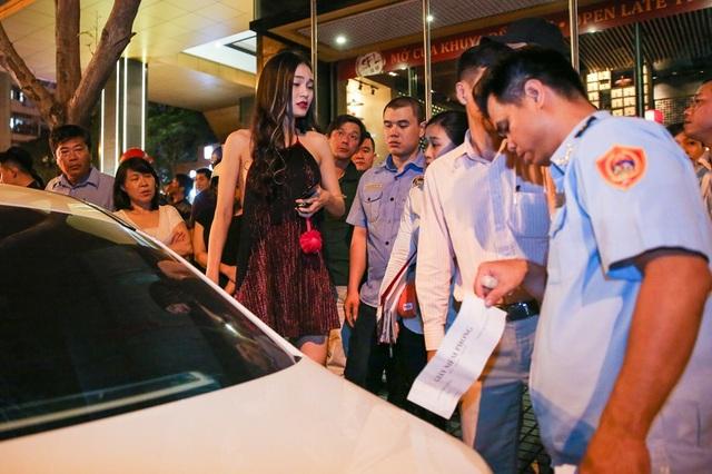 Cao Thuỳ Linh bên cạnh chiếc xe bị xử lý vì đỗ sai quy định. Ảnh: TL.
