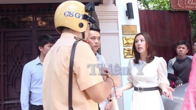 Hoa hậu Thu Hoài phân trần với cán bộ thực thi việc xử lý các vi phạm về lấn chiếm vìa hè. Ảnh: Thiên Ý.