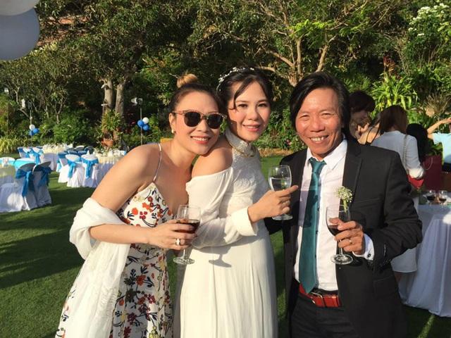 Nữ ca sĩ cùng với nhiều bạn bè đến chia vui cùng nhà quay phim Nguyễn Tranh trong hôn lễ