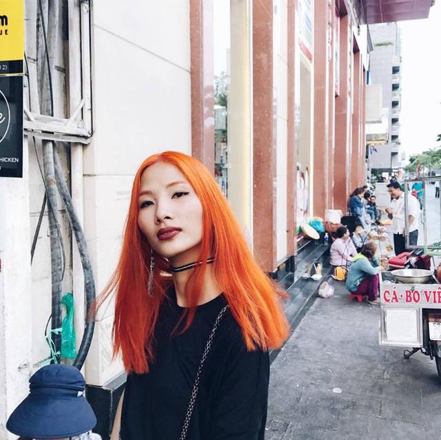 Hoàng Thùy khoe tóc màu cam vô cùng ấn tượng trên phố, cô viết: Mình có tóc màu xám, tím, xanh, hồng, cam, nâu, vàng rồi... Chờ 2 năm nữa tóc mọc ra mới làm tiếp vài màu nữa cho đủ bảng màu.