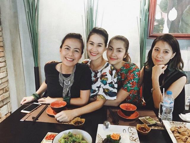 Hà Tăng chia sẻ ảnh vui vẻ tụ tập ăn uống với hội bạn thân gồm MC Bùi Việt Hà, Thân Thúy Hà và bà xã Anh Khoa.