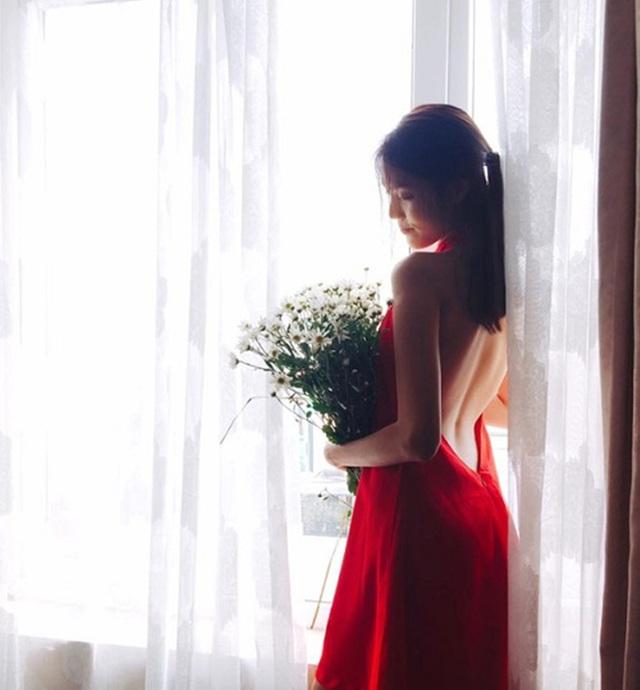 Lan Khuê dịu dàng với hoa cúc họa mi Hà Nội.
