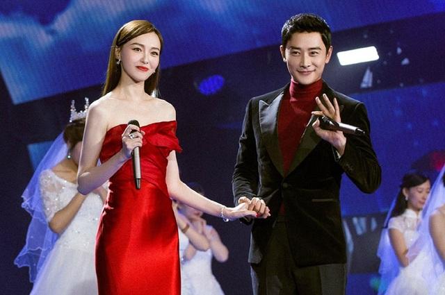 Đường Yên diện váy trễ vai màu đỏ trong khi La Tấn thanh lịch với vest đen. Cả hai đều là những diễn viên truyền hình nổi tiếng của Trung Quốc hiện nay.