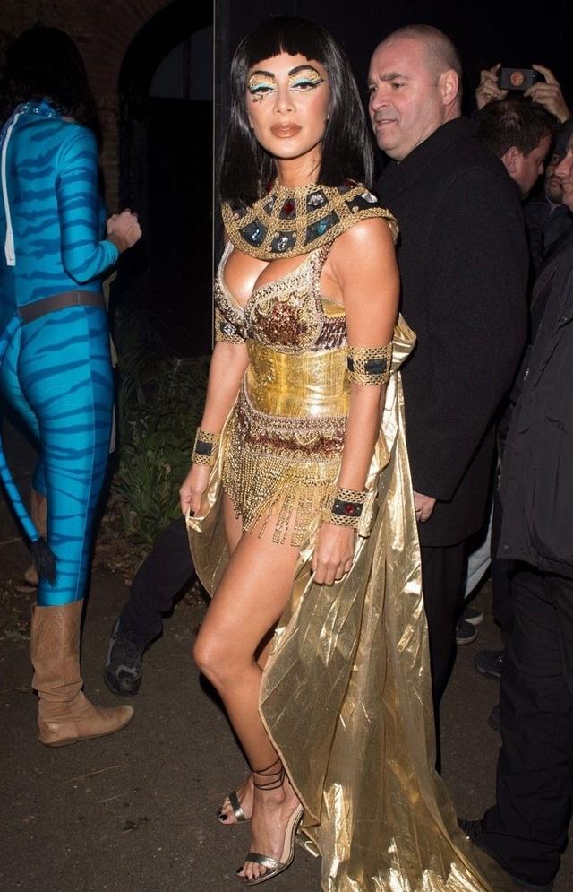 Nicole Scherzinger hóa thân thành Nữ hoàng Ai Cập để đi chơi đêm Halloween.