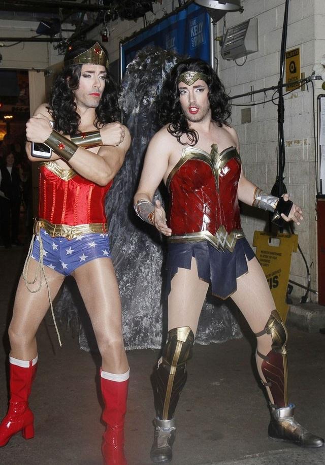 Jonathan và Drew Scott hóa thân thành nhân vật nữ Wonder Woman