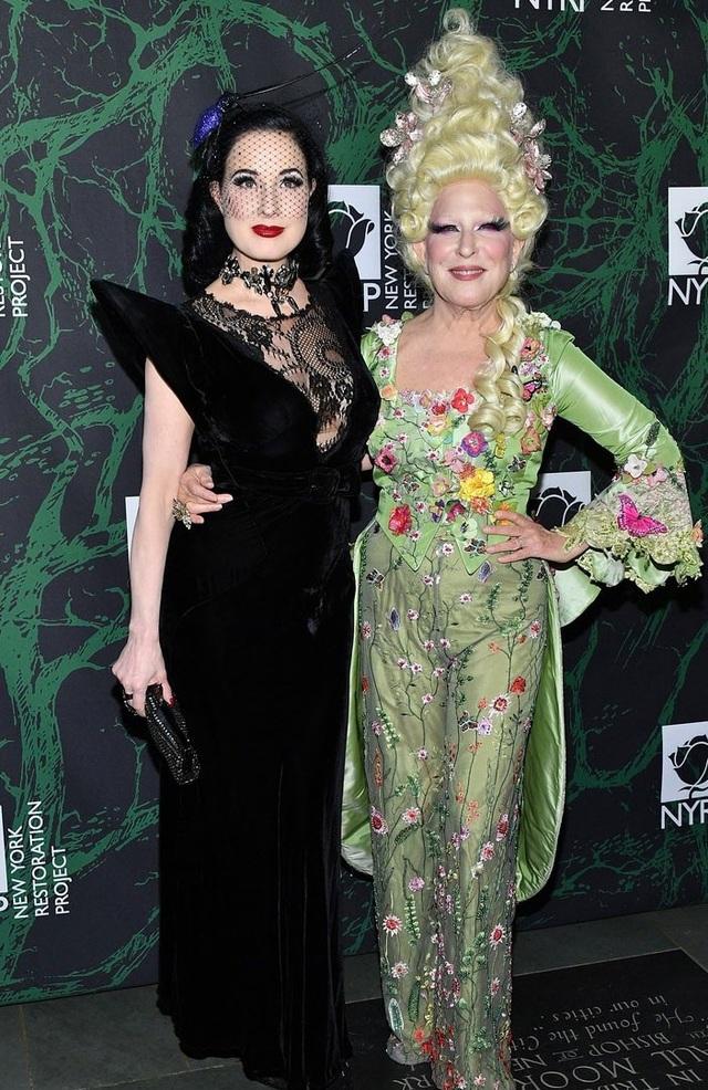 Vũ nữ thoát y Dita Von Teese (trái) bị cấm trình diễn trong đêm Halloween nên chọn một chiếc váy thanh lịch.