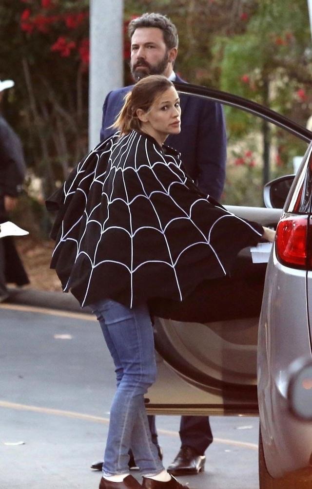 Cặp đôi đã ly dị Ben Afleck và Jennifer Garner tạm tái hợp vì muốn các con có một buổi tối Halloween vui vẻ.