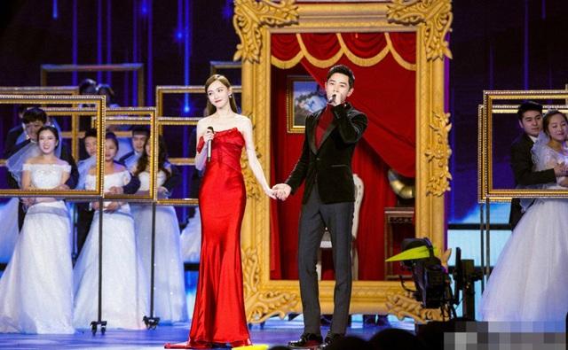 Đường Yên và La Tấn đẹp đôi bên nhau trong một chương trình ca nhạc đặc biệt mừng Tết nguyên đán của đài truyền hình Trung Quốc, ngày 29/1.