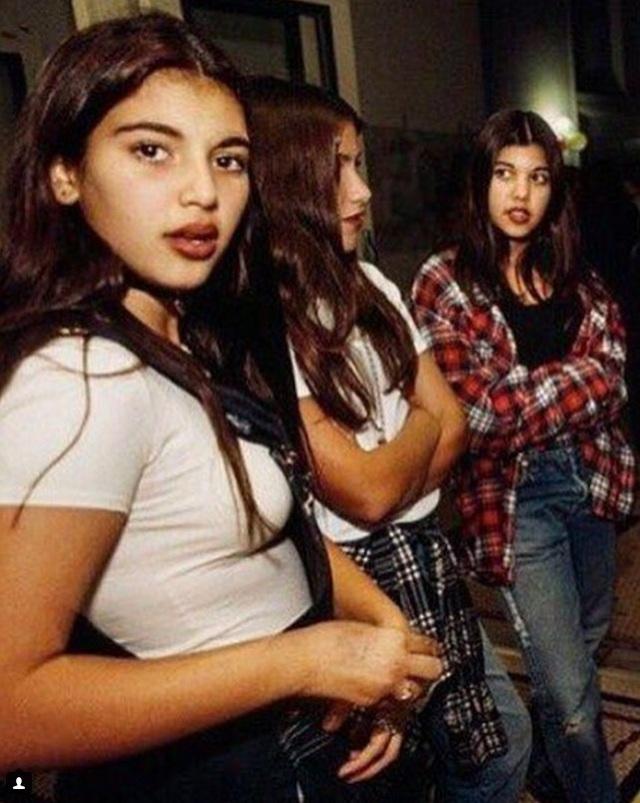 """Cô """"Kim siêu vòng ba"""" và em gái Kourtney Kardashian thời kỳ còn chưa khiến dư luận phải dậy sóng bởi những scandal của mình."""