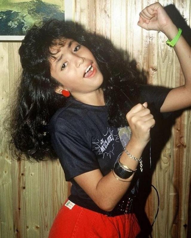 Có thể bạn không tin, nhưng cô gái trẻ với mái tóc xù, đen nhánh đậm chấn latin trong ảnh lại chính là nữ ca sĩ tóc vàng người Colombia nổi tiếng nhất trong lịch sử- Shakira.