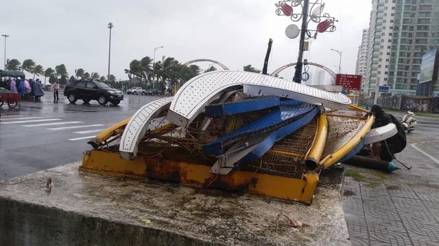 Gió mạnh làm cổng chào ở ngã tư đường Phạm Văn Đồng - Võ Nguyên Giáp bị sập đổ