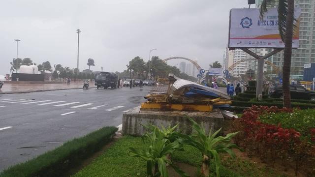 Cổng chào ven biển Đà Nẵng đổ sập trong bão - 2