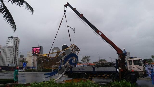 Cổng chào ven biển Đà Nẵng đổ sập trong bão - 6