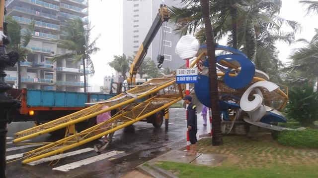 Cổng chào ven biển Đà Nẵng đổ sập trong bão - 5