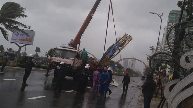 Cổng chào ven biển Đà Nẵng đổ sập trong bão - 4