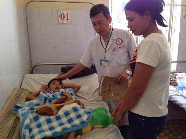 Bé An đang được điều trị tại bệnh viện sau sự cố sụp xuống hầm vệ sinh