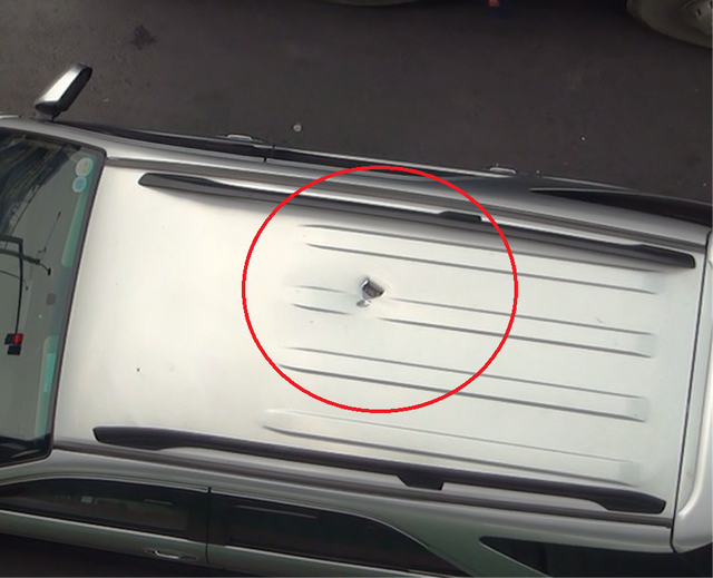 Vết thủng trên nóc ô tô