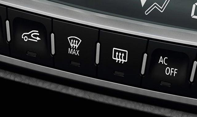 Nút điều khiển sưởi kính chắn gió trước/sau trên ôtô thường bố trí gần hệ thống điều hòa