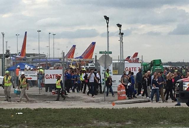 Hành khách tại sân bay được sơ tán. (Ảnh: Reuters)