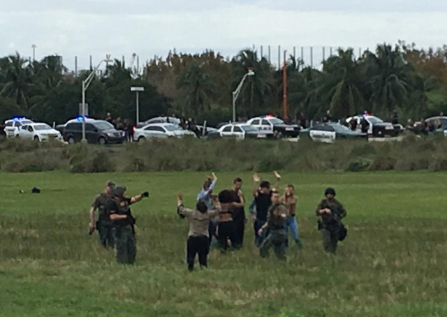 Cảnh sát thẩm vấn những người được sơ tán khỏi sân bay. (Ảnh: Reuters)