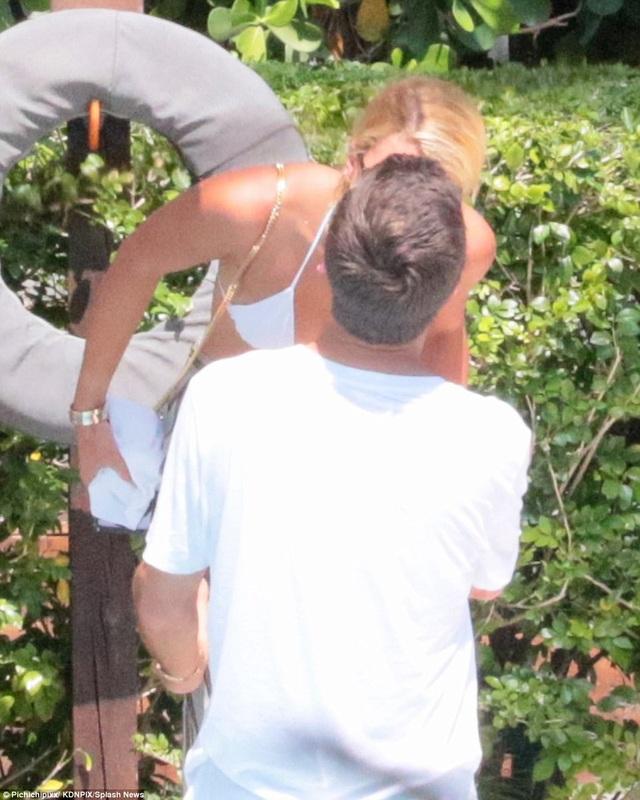 Scott Disick, 34 tuổi, và Sofia Richie, 19 tuổi, hôn nhau say đắm tại một resort ở Florida, ngày 21/9. Cặp đôi quấn quýt không rời từ vài tuần nay khi cùng tham dự tuần lễ thời trang New York.
