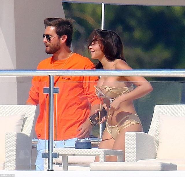 Chantel Jeffries, bạn gái cũ của Justin Bieber, cũng có mặt trên du thuyền cùng Scott trong ngày hôm nay 31/5.