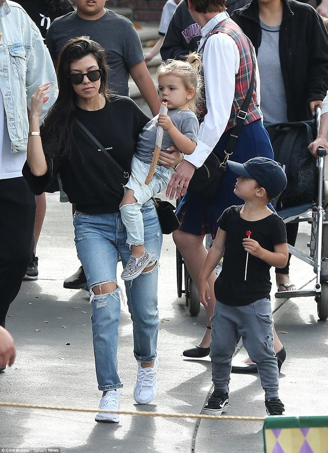 Kourtney Kardashian, người đã sinh cho Scott 3 đứa con, cảm thấy không hài lòng với lối sống vô trách nhiệm và buông thả của anh. Cô tuyên bố sẽ không để các con gặp bố trong thời gian này.
