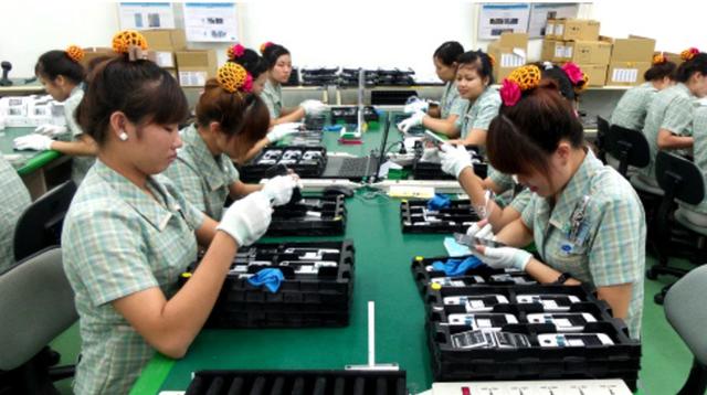 Công nhân Việt Nam làm việc trong nhà máy của Samsung