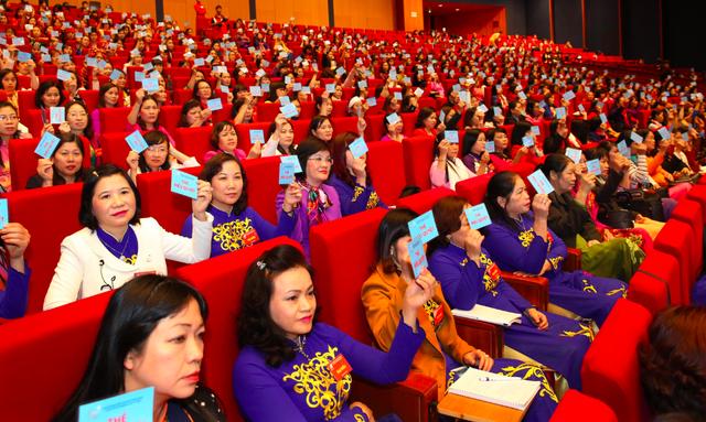 Các đại biểu biểu quyết thông qua danh sách bầu Ban Chấp hành Trung ương Hội Liên hiệp Phụ nữ Việt Nam, nhiệm kỳ 2017-2022
