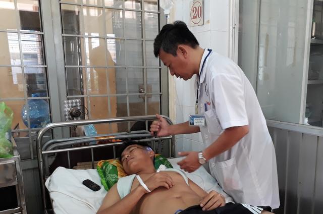 Chiến sĩ công an tỉnh Đắk Lắk Nguyễn Trọng Quân bị chấn thương sọ não, gãy chân và vai trái đang được điều trị tại Bệnh viện Đa khoa tỉnh