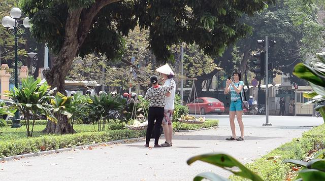 Hình ảnh chèo kéo, chặt chém du khách đang làm xấu đi hình ảnh du lịch Việt.