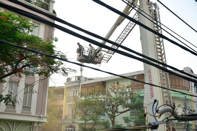 Bằng xe thang, lực lượng PCCC đã giải cứu được 11 người khỏi đám cháy.
