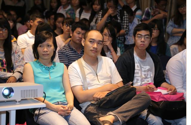 Phụ huynh và học sinh hào hứng tham dự Ngày hội tư vấn du học của tổ chức EF Education First