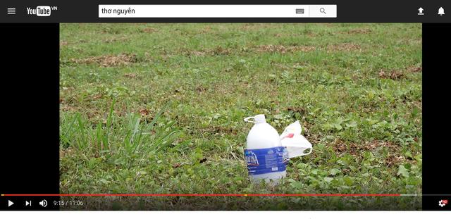 Một video khác cho thấy bình nước phát nổ khi dùng đá khô