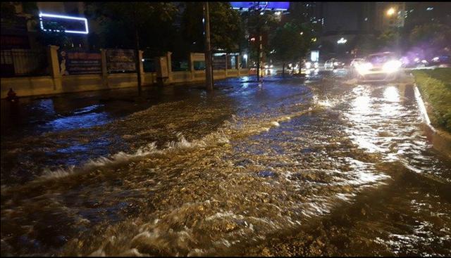 Mưa lớn, nhiều tuyến đường Hà Nội ngập sâu - 8