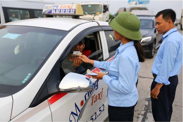 Trong khí đó, nhân viên phải ra ngoài đường bán vé để tiết kiệm thời gian xe đi qua trạm.