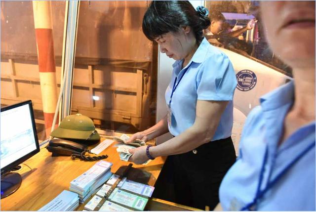 Trước tình trạng nhiều tài xế dùng tiền lẻ mua vé, số nhân viên làm việc tại trạm đã được điều động tăng gấp đôi.
