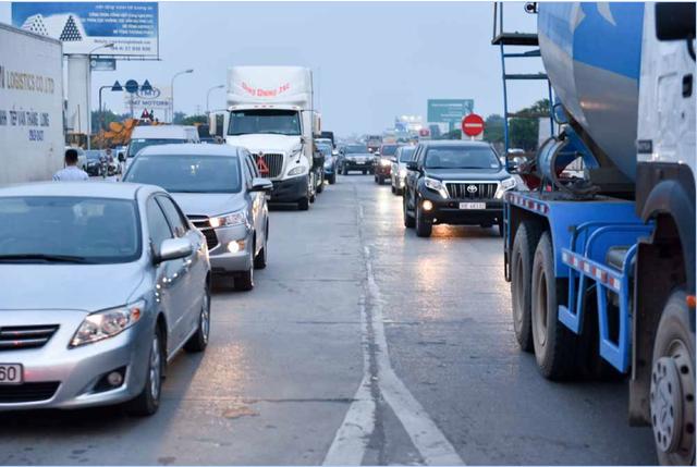 18h, trạm thu phí BOT quá tải, xe các loại xếp hàng dài trước trạm. Ùn tắc cục bộ tái diễn ngay trong giờ cao điểm.