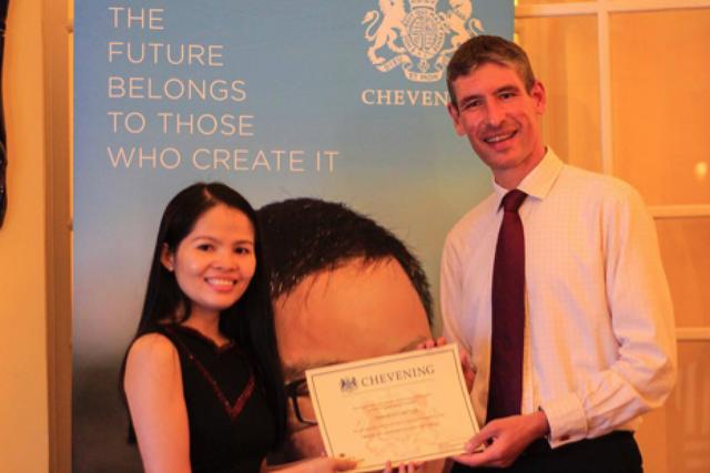 Đại sứ Anh trao chứng nhận học bổng Chevening cho 21 học giả Việt Nam vào tối 6/9.