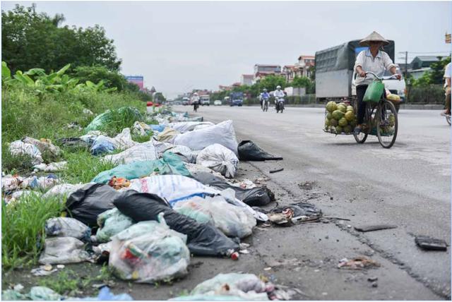 Rác thải vứt ngay đường lâu ngày không được dọn dẹp, bốc mùi hôi thối.