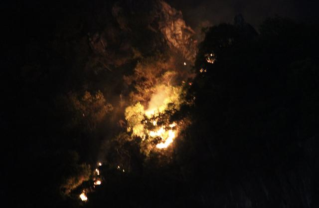 Đám cháy xuất hiện gần khu vực Núi Bài Thơ