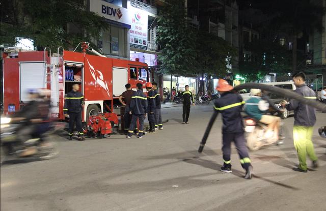 Nhận được tin báo, lực lượng PCCC đã có mặt tại hiện trường để tổ chức dập lửa.