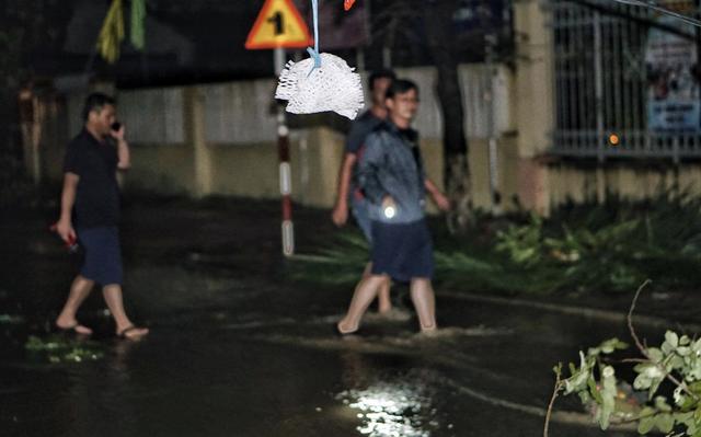 Ông Nguyễn Vĩnh Thạnh phó chủ tịch UBND thị xã Ninh Hòa đã trực tiếp đi thị sát các vùng ngập lụt trên địa bàn thị xã Ninh Hòa.