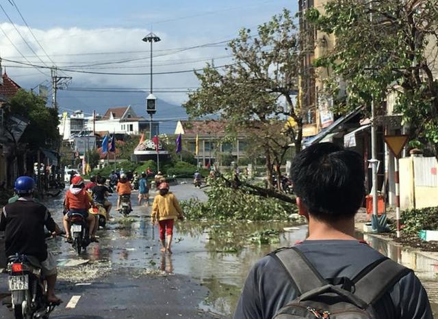 Thị xã Ninh Hoà bị biển nước bao vây, mất điện diện rộng - 11