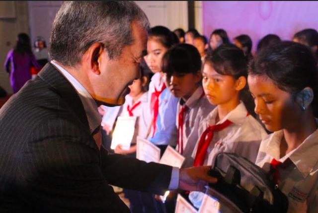 Ông Keiji Kaneko - Tổng Giám đốc công ty Ajinomoto Việt Nam trao những phần học bổng đến các em học sinh nghèo hiếu học của tỉnh Đồng Nai