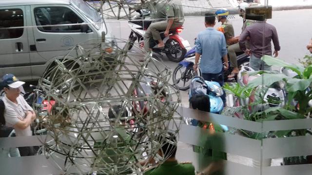 Khoảng 2 giờ làm việc, lực lượng tham gia quyết định dẫn giải rời khởi nhà bà Hiền.