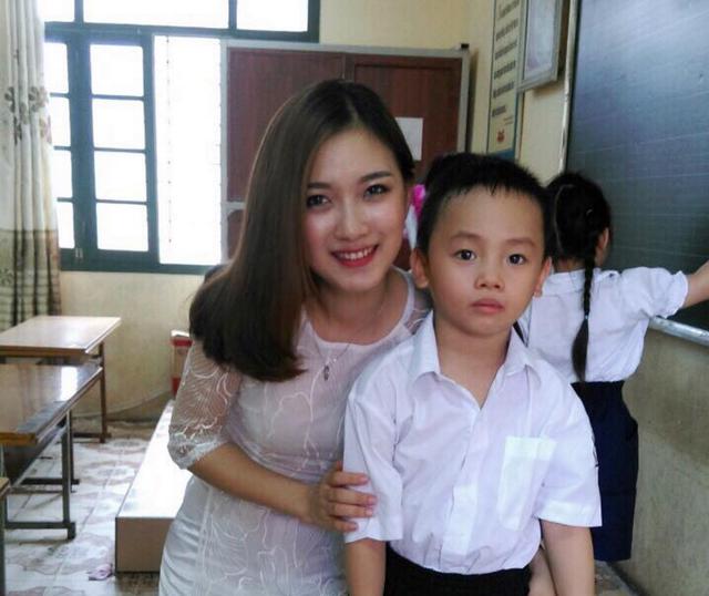 Cô giáo xinh đẹp quạt mát cho học sinh ngày tựu trường gây sốt trên mạng xã hội - 8