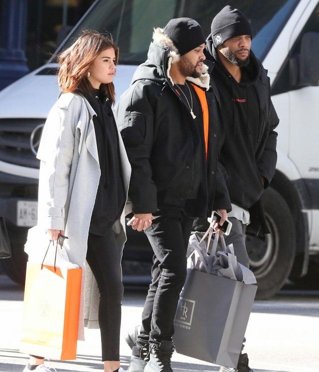 Selena Gomez và The Weeknd lọt vào tầm ngắm của giới săn tin khi hò hẹn tại Toronto, Canada. The Weeknd đang có lịch biểu diễn tại Canada và không quên mang theo cô bạn gái xinh đẹp.