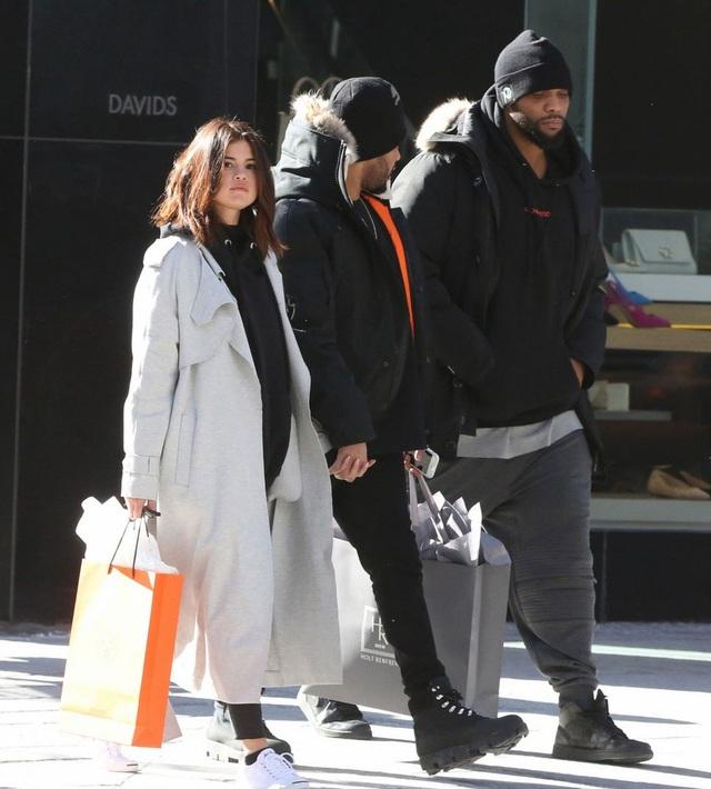 Selena đã quay về New York vào tối 19/3.