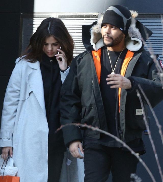 Bạn bè cho hay Selena rất hạnh phúc khi ở bên The Weeknd vì cảm thấy yêu thương và được chiều chuộng.